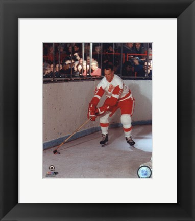 Framed Gordie Howe - Skating with puck Print