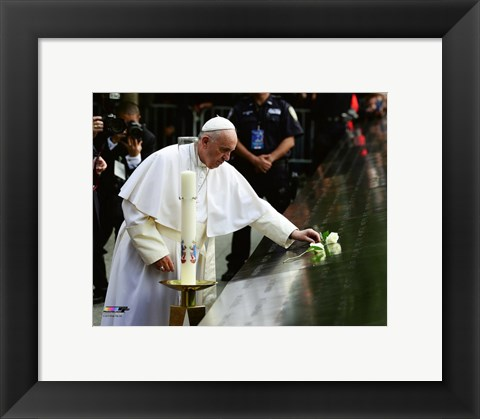 Framed Pope Francis places a white rose on the South Pool of the 9/11 memorial in New York Print