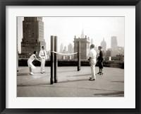 Framed Une Partie de Deck - Tennis sur la Terrasse du Toit de l' Hotel Delmonico de New York, 1925